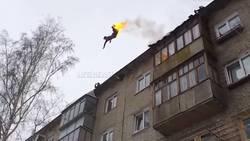 Cet homme met le feu à son corps avant de sauter d'un immeuble  En savoir plus: http://www.gentside.com/cascadeur/cet-homme-met-le-feu-a-son-corps-avant-de-sauter-d-039-un-immeuble_art59518.html Copyright © Gentside
