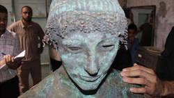 Le mystère de l'inestimable statue d'Apollon découverte à Gaza  En savoir plus: http://www.maxisciences.com/statue/le-mystere-de-l-039-inestimable-statue-d-039-apollon-decouverte-a-gaza_art31972.html Copyright © Gentside Découverte