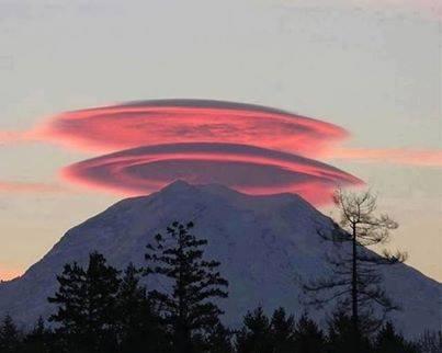 La spettacolare nube rossastra sul Monte Rainier a sud est di Seattle ... Il monte sembra avere un cappello