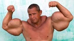 Ressemblant à Popeye, Arlindo de Souza veut avoir les plus gros biceps du monde  En savoir plus: http://www.gentside.com/insolite/ressemblant-a-popeye-arlindo-de-souza-veut-avoir-les-plus-gros-biceps-du-monde_art59881.html Copyright © Gentside