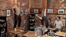 Comme Carrie, une fille attaque un homme par télékinésie dans un café à New York  En savoir plus: http://www.gentside.com/t%e9l%e9kin%e9sie/comme-carrie-une-fille-attaque-un-homme-par-telekinesie-dans-un-cafe-a-new-york_art55255.html Copyright © Gentside
