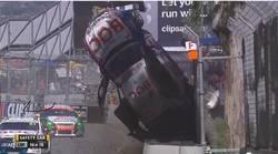 Le crash spectaculaire de Jason Bright en V8 Supercars  En savoir plus: http://www.chronofoot.com/crash/le-crash-spectaculaire-de-jason-bright-en-v8-supercars_art43433.html Copyright © Gentside Sport