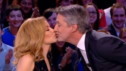 Le Grand Journal : Kylie Minogue embrasse Antoine de Caunes  En savoir plus: http://www.gentside.com/antoine-de-caunes/le-grand-journal-kylie-minogue-embrasse-antoine-de-caunes_art60162.html Copyright © Gentside