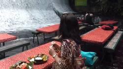 Un restaurant situé en plein coeur d'une cascade !  En savoir plus: http://voyage.gentside.com/philippines/un-restaurant-situe-en-plein-coeur-d-039-une-cascade_art1938.html Copyright © Gentside Voyage