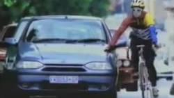 Ce cycliste n'aurait pas dû s'appuyer sur cette voiture !  En savoir plus: http://www.gentside.com/voiture/ce-cycliste-n-039-aurait-pas-du-s-039-appuyer-sur-cette-voiture_art60973.html Copyright © Gentside
