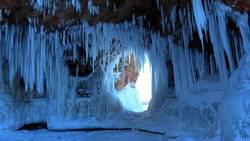 Découvrez le splendide spectacle des grottes glacées des îles des Apôtres  En savoir plus: http://www.maxisciences.com/grotte/decouvrez-le-splendide-spectacle-des-grottes-glacees-des-les-des-apotres_art31923.html Copyright © Gentside Découverte
