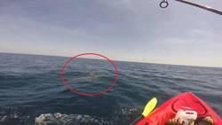 En kayak, ce pêcheur se fait trainer pendant deux heures par un requin  En savoir plus: http://voyage.gentside.com/%e9tats-unis/en-kayak-ce-pecheur-se-fait-trainer-pendant-deux-heures-par-un-requin_art1984.html Copyright © Gentside Voyage