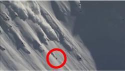 Des skieurs risquent leur vie en skiant sur des avalanches  En savoir plus: http://www.chronofoot.com/ski/des-skieurs-risquent-leur-vie-en-skiant-sur-des-avalanches_art44006.html Copyright © Gentside Sport