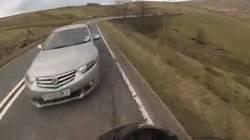 Un motard survit miraculeusement à un accident et à une chute de 12 mètres  En savoir plus: http://www.gentside.com/moto/un-motard-survit-miraculeusement-a-un-accident-et-a-une-chute-de-12-metres_art60619.html Copyright © Gentside