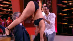 Une danseuse propose un striptease dans Le Grand Journal  En savoir plus: http://www.gentside.com/striptease/une-danseuse-propose-un-striptease-dans-le-grand-journal_art60739.html Copyright © Gentside