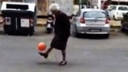 Découvrez la Nonnina, une grand-mère italienne qui jongle dans les rues de Rome  En savoir plus: http://www.chronofoot.com/italie/decouvrez-la-nonnina-une-grand-mere-italienne-qui-jongle-dans-les-rues-de-rome_art44262.html Copyright © Gentside Sport