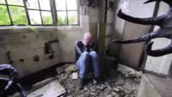 Une étrange créature hante un hôpital abandonné et effraie les passants  En savoir plus: http://www.gentside.com/horreur/une-etrange-creature-hante-un-hopital-abandonne-et-effraie-les-passants_art62337.html Copyright © Gentside