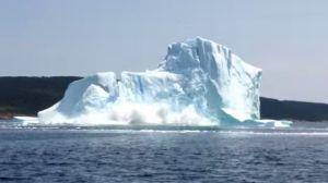 Au Canada, des touristes ont été effrayés par l'effondrement soudain d'un iceberg, à proximité de leur bateau. En savoir plus: http://www.maxisciences.com/iceberg/un-iceberg-s-039-effondre-sous-les-yeux-de-touristes_art33159.html Copyright © Gentside Découverte